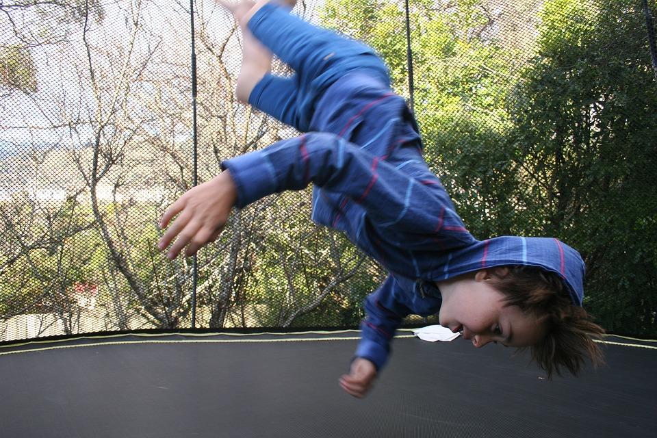 dítě skáče