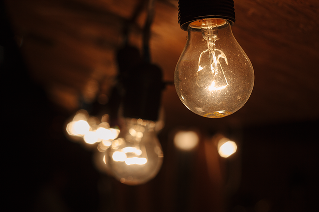 rozsvícené žárovky