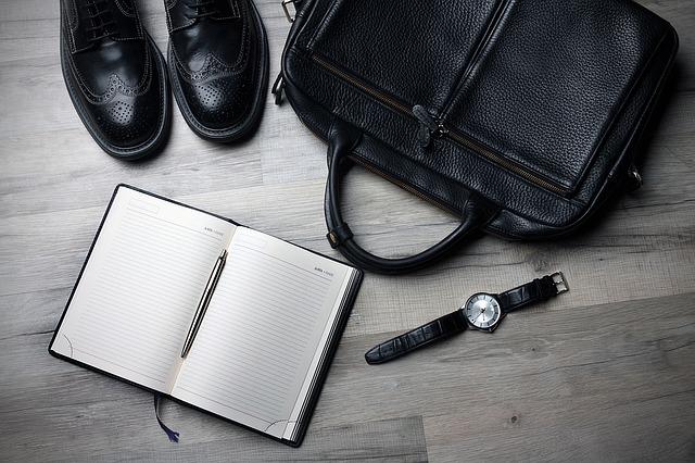 taška, boty, hodinky a diář