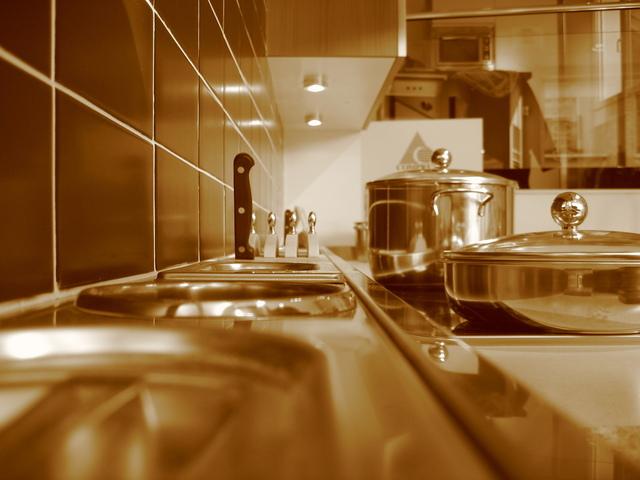 pohled do kuchyně, detail přes barevný filtr