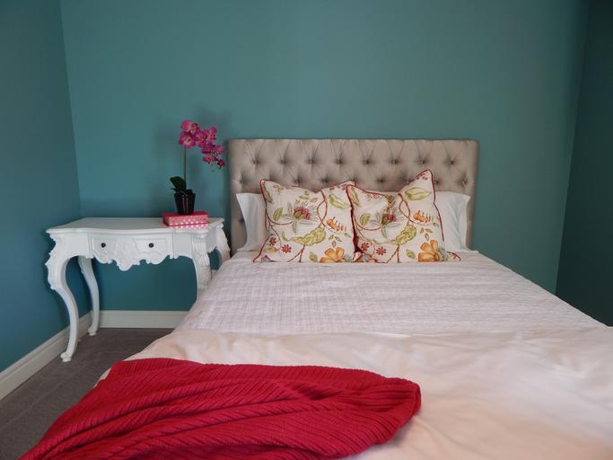 postel v pokojíku