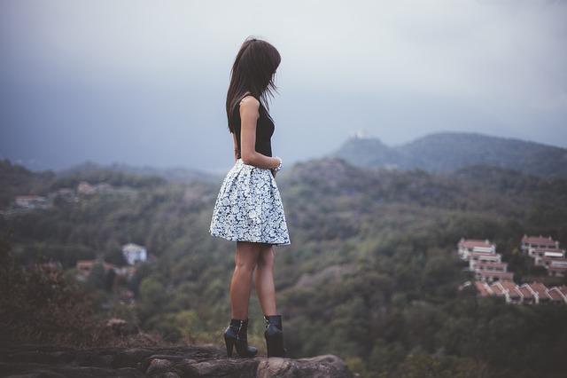 sukně doplněná o kotníkové boty