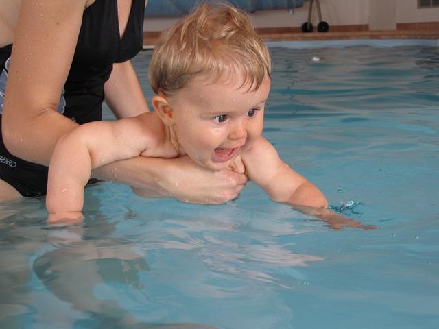 nadšené batole z bazénu