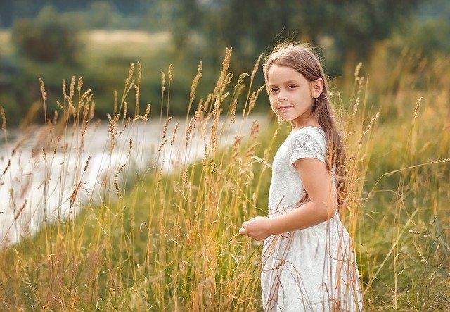 Dívka v obilí, dětství